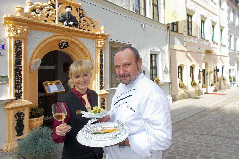 Katja Riedel und der Küchenchef